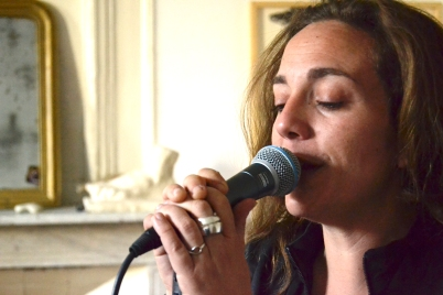 amande douce amere chante micro zoom